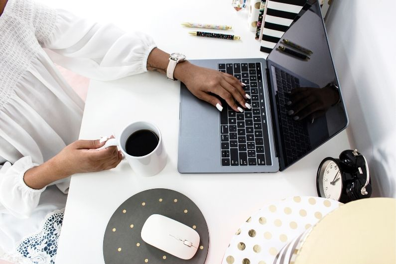 Virtual assistant setting goals for her business
